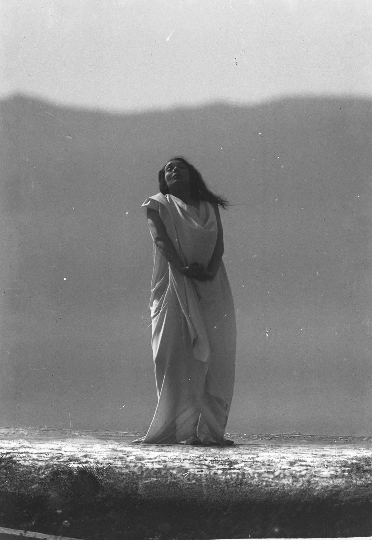 François Frédéric dit Fred Boissonnas - Magdeleine G. dansant misiere de T, hypnotisée par Emile Magnin, 1902-1904 Négatif au gelatino-bromure d'argent sur verre