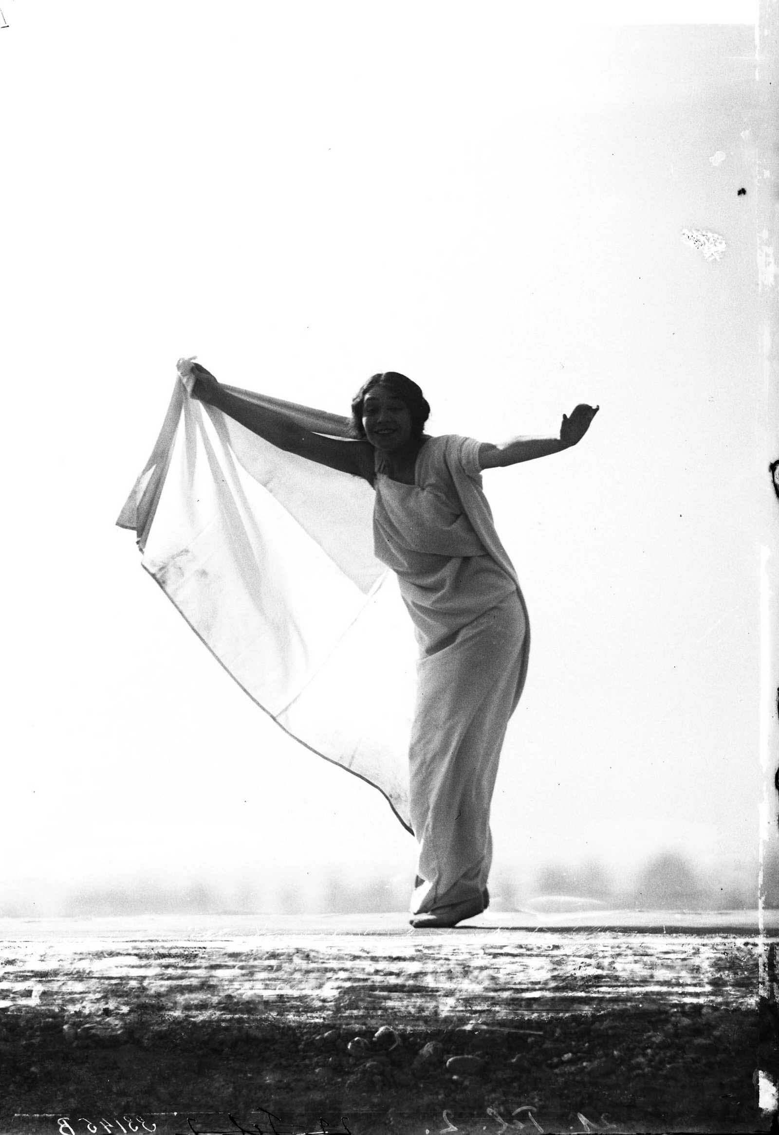 François Frédéric dit Fred Boissonnas - Magdeleine G. dansant sous hypnose, 1902-1904 Négatif au gelatino-bromure d'argent sur verre