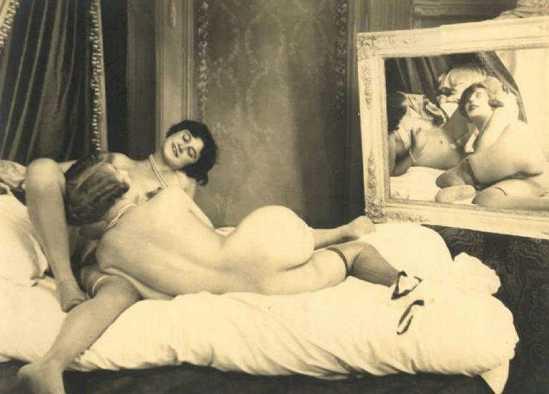 Grundworth - Deux femmes nues allongées se reflétant dans le mirroir, 1930s Gelatin silver medium postcard