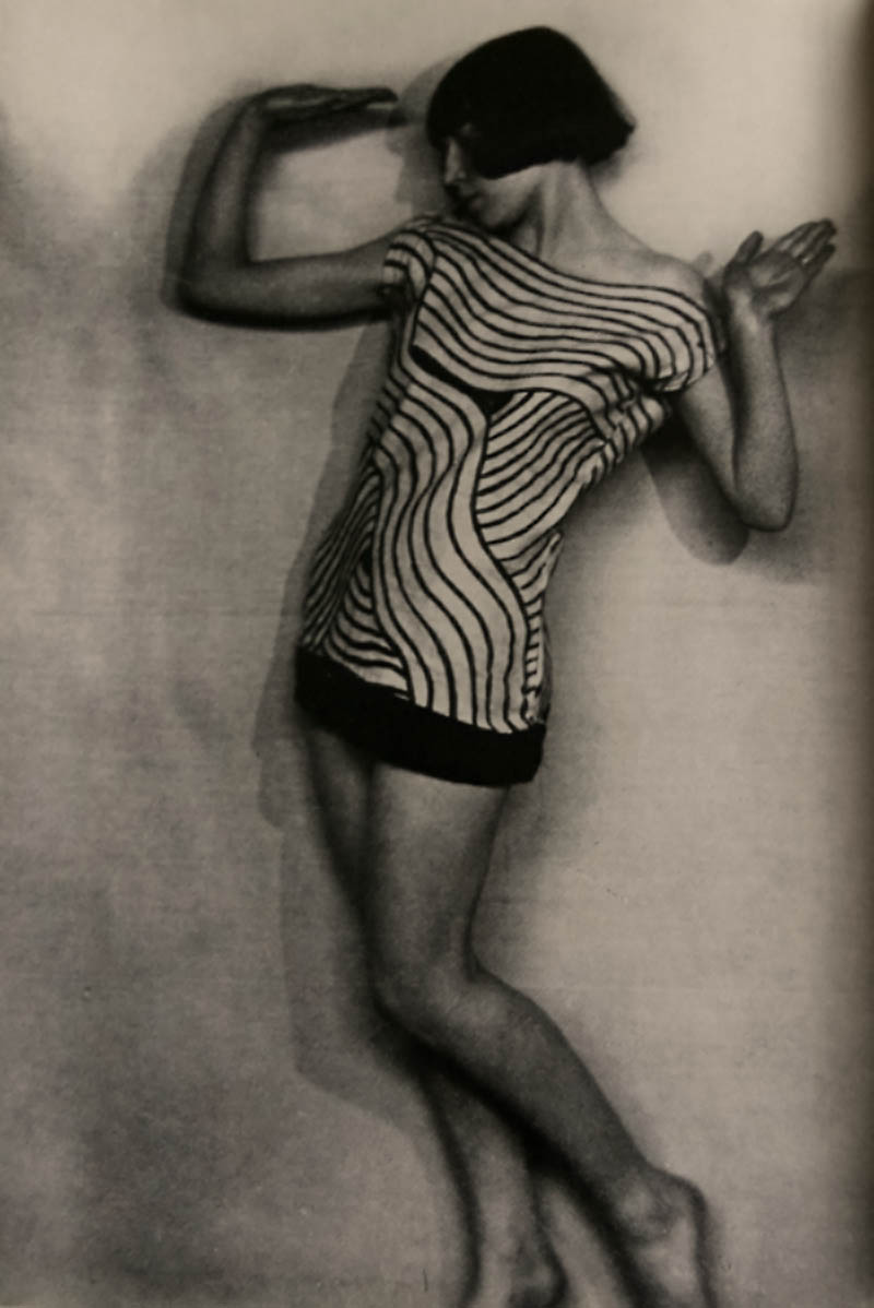 La Danseuse Marguerite Acarin, dite Akarova dans Mazurka ( Chopin) en 1924 Costume crée par Marcel-Louis Baugniet et réalisé par Akarova (Musée de la Photographie, Charleroi)