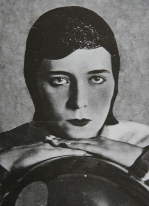 Portrait de la Danseuse Marguerite Acarin, dite Akarova, (1904 -1999) Couverture de la Revue AZ, Bruxelles 1933