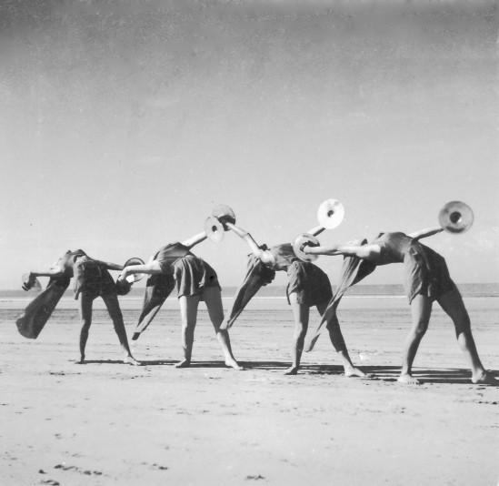 Hilde Holger, Performance Juhu Beach, Mumbai, 1941-43 Charles Petras