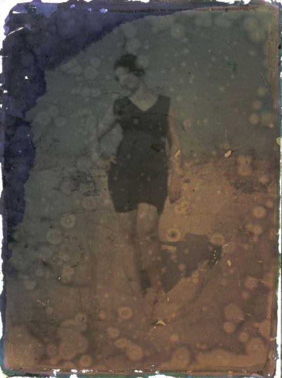 Ernest-Louis Lessieux -Femme en costume de bain sur une plage de l'île d'Oléron Autochrome 1907© Alienor.org, Le musée de l'île d'Oléron.