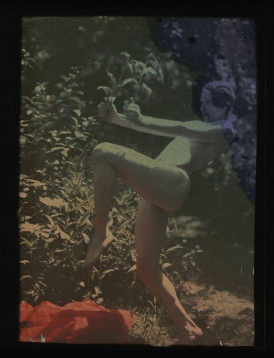 Ernest-Louis Lessieux femme russe modèle de Louis LessieuTatiana posant nue de profil dans un jardn Autochrome 1907© Alienor.org, Le musée de l'île d'Oléron.