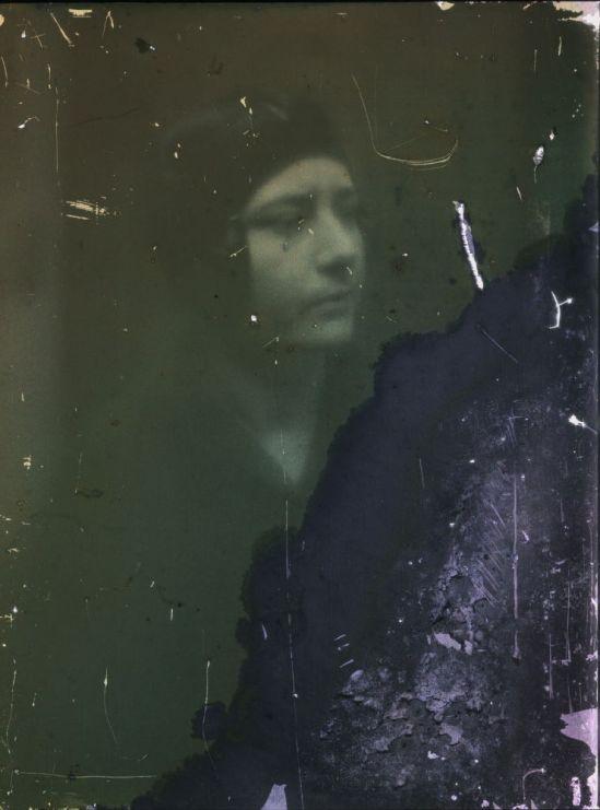 Ernest-Louis Lessieux portrait de femme , autochromome apres 1907© Alienor.org, Le musée de l'île d'Oléron