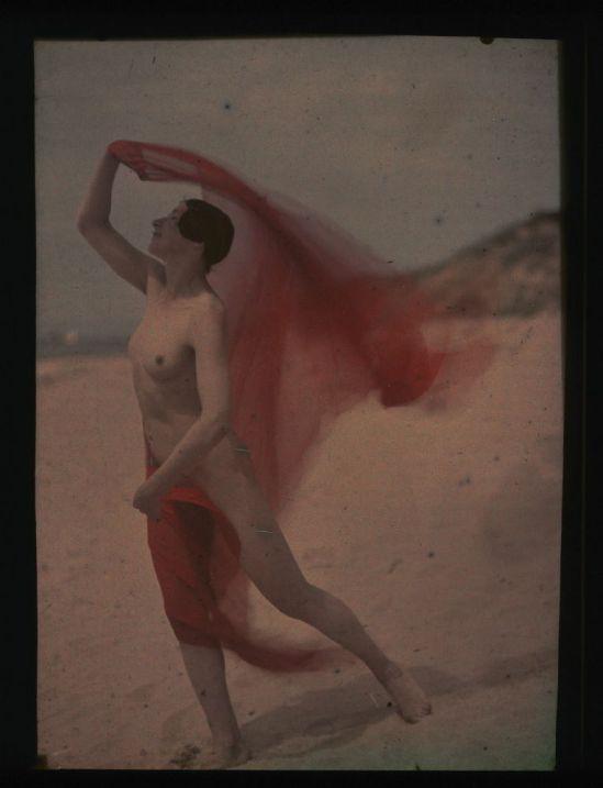 Ernest-Louis Lessieux - Tatiana (femme russe modèle de Louis Lessieux) en costume de bain sur une plage d'Oléron (titre factice), Autochrome 1907© Alienor.org, Le musée de l'île d'Oléron.
